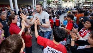 El ICL Manresa celebra la salvación con sus aficionados en el centro de la ciudad (Vídeo)