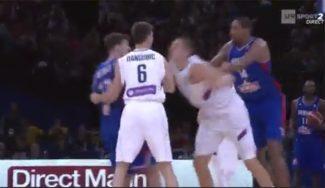 ¿Amistoso? Descalifican a los NBA Ajinça y Jokic en el triunfo de Serbia a Francia (Vídeo)