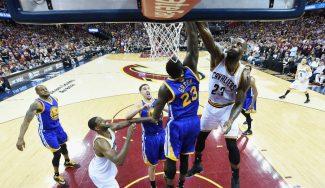 Recital de Irving y LeBron para el 2-1 de los Cavs. ¡James hace el mate de las Finales!