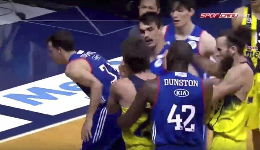 El Fenerbahçe, a un triunfo del título en Turquía. Vesely y Heurtel, a golpes (Vídeo)