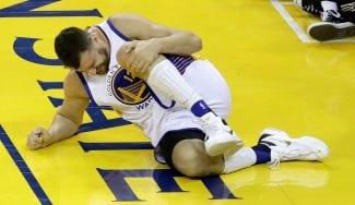 Los Warriors pierden a Bogut por una lesión de rodilla. Así se lo hizo con JR Smith (Vídeo)