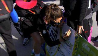 Firmando un sueño: así ha sido la llegada de la Selección Femenina tras meterse en los Juegos (Vídeo)