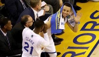 ¿Jugando a la videoconsola en el banquillo? Mira las mejores reacciones de Curry (Vídeo)