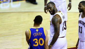 """Tapón y mirada desafiante de LeBron a Curry. Irving: """"Es increíble estar a su lado"""" (Vídeo)"""