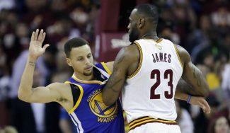 Pique de cracks… ¡con el partido detenido! Tapón de LeBron, Curry le recrimina (Vídeo)