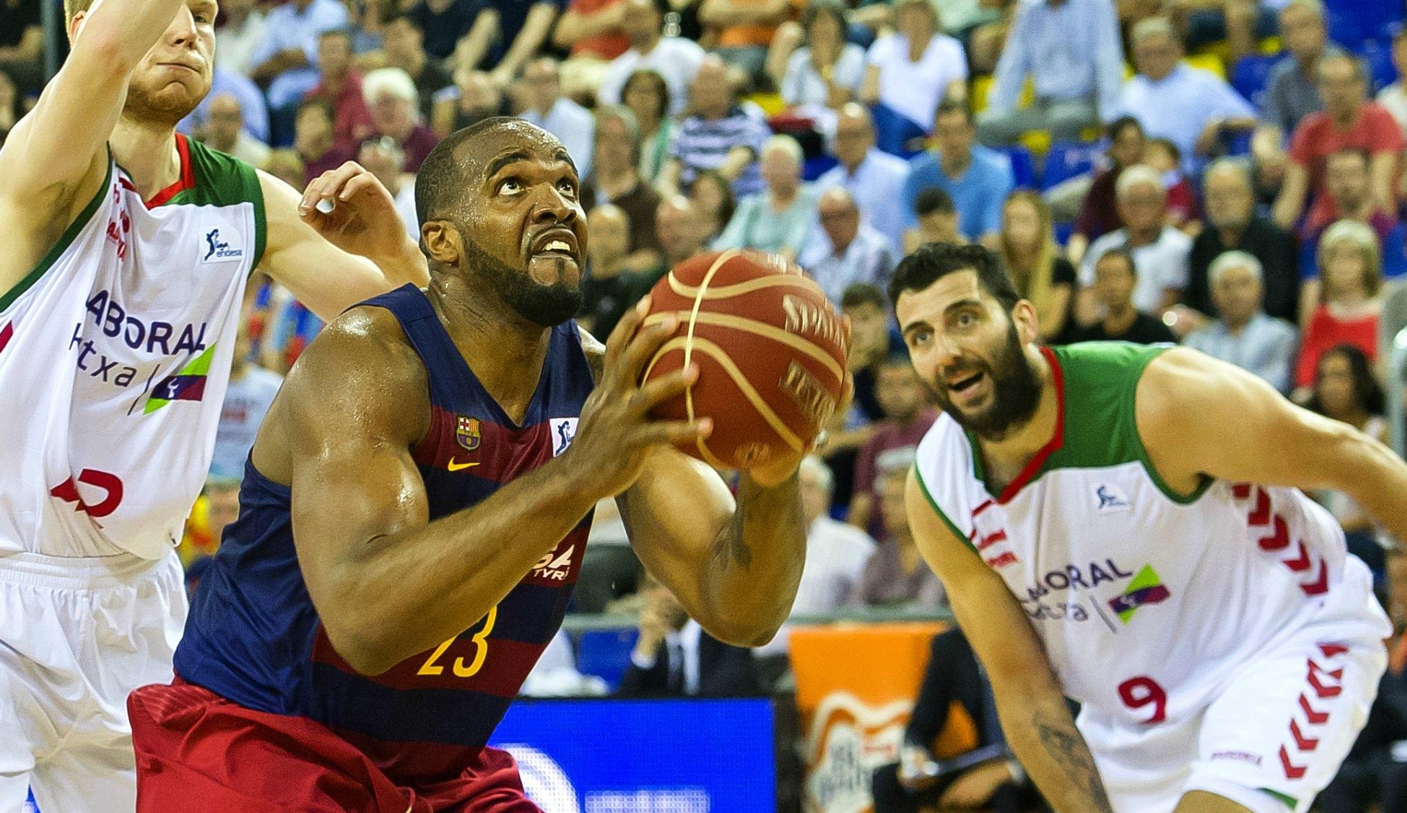 El Barça contiene la reacción del Baskonia: Samuels y Mike James firman matazos (Vídeo)
