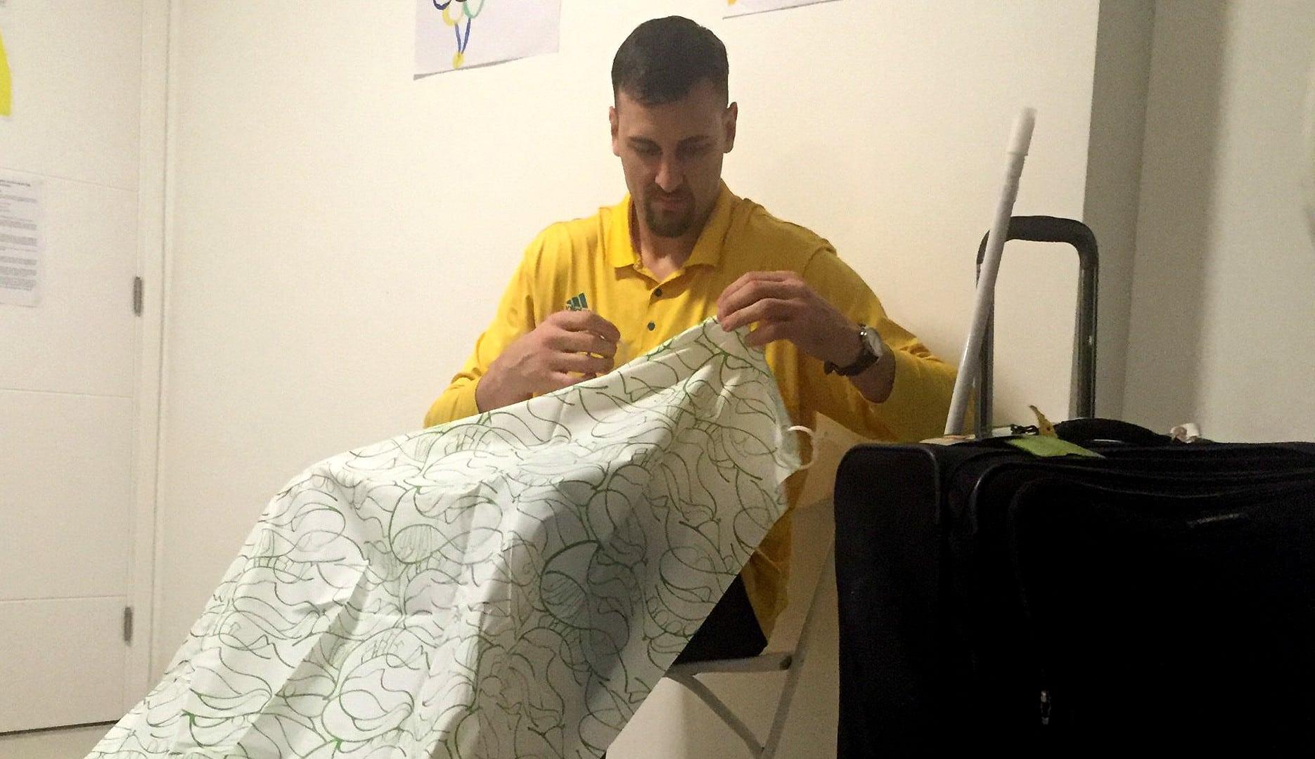 Bricolaje del australiano Bogut en la Villa de Río: arregla la cortina de ducha y raja un poco
