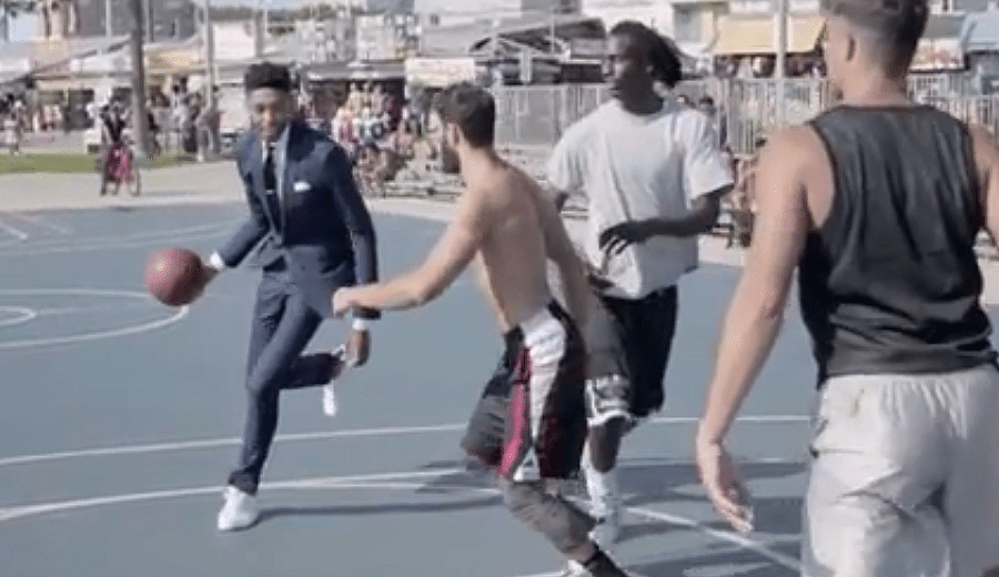 Un rookie con clase en los Lakers: Brandon Ingram juega un partidillo… ¡en traje! (Vídeo)