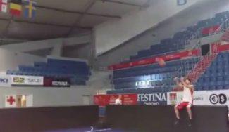 El reto a la afición del Baskonia: Shengelia anota sentado delante del banquillo (Vídeo)