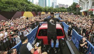 LeBron arrasa en China: hace de entrenador y baila aclamado por 12.000 personas (Vídeos)