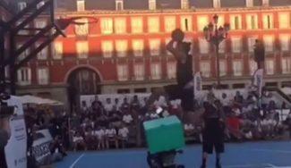De locos: el evento Reta a tu ídolo con Sergio Rodríguez deja un mate… ¡saltando una moto! (Vídeo)