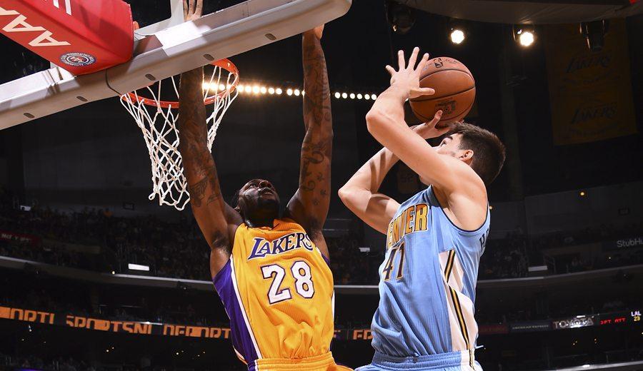 Juancho pide paso ante los Lakers: 8 puntos sin fallo… pero se lleva un póster (Vídeo)
