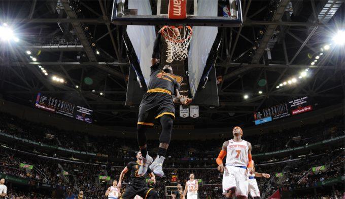 LeBron celebra la noche del anillo: mates, tapones y triple-doble ante Knicks (Vídeos)