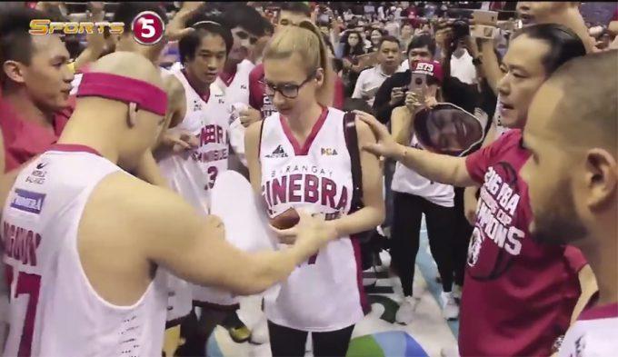En Filipinas: ganan un título sobre la bocina y pide matrimonio a su novia (Vídeos)