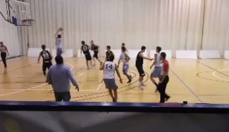Baloncesto en estado puro: no te pierdas esta acción en el choque junior entre Distrito y Estudiantes (Vídeo)