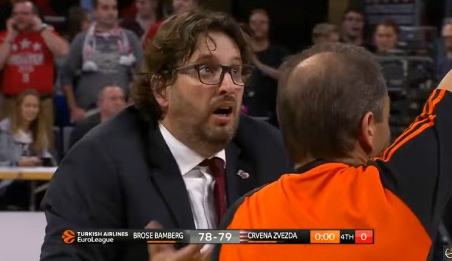 ¿Falta? Trinchieri, loco con los árbitros por la última acción del Brose-Estrella Roja (Vídeo)