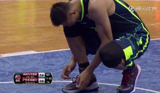 Lío en China: Yi Jianlian cambia de marca de zapas a mitad de partido y le echan (Vídeo)