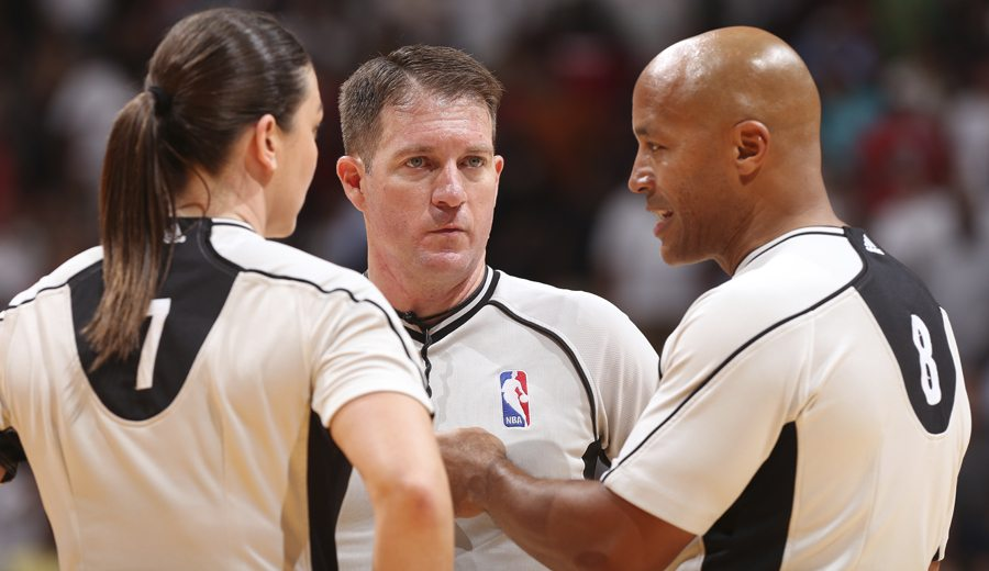 La NBA probará la implantación de cuatro y cinco árbitros en la D-League