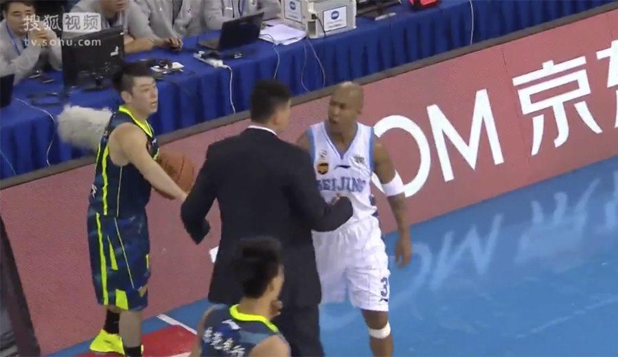Marbury se mosquea en la Liga China: ¿Le pone la zancandilla el técnico rival? (Vídeo)