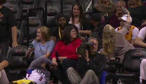 Paseo de los Clippers en Cleveland: selfie de Chris Paul y una fan en plena paliza (Vídeo)