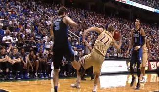 De la locura al llanto en la NCAA: patea a un rival y acaba hundido en el vestuario (Vídeo)