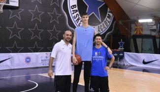 ¡Más alto que cualquier NBA en activo! El rumano de 16 años Robert Bobroczky ya está en USA (Vídeo)