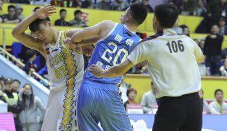 ¿Basket o judo? Enganchón y puños volando en la lucha por un rebote en China (Vídeo)