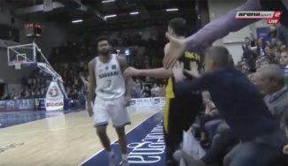 Vergonzoso: Un seguidor del Sassari empuja a Ukic en el duelo ante el AEK (Vídeo)