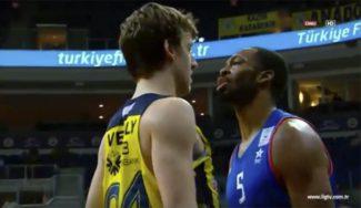El Fenerbahçe gana el derbi al Efes y le deja sin liderato: enganchón Vesely-Brown (Vídeo)