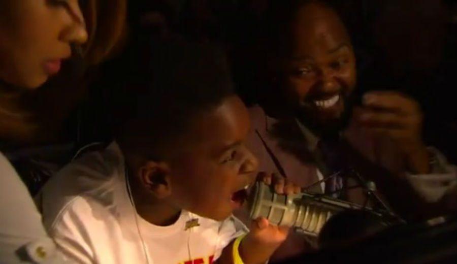 No se cortan: los Atlanta Hawks hacen la presentación de su quinteto…¡con un niño! (Vídeo)