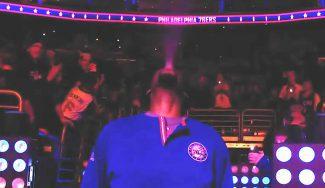 Presentación de wrestling y partido de crack: Embiid alarga la racha de los Sixers (Vídeo)