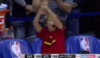 ¡Triplazo y a la prórroga! Así lo celebra el hijo del técnico de los Hawks… ¡a pie de pista! (Vídeo)