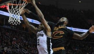 Kawhi bate su récord anotador para tumbar a LeBron e Irving: mate sentenciador (Vídeos)