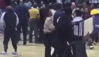 ¡Vergonzoso! Multitudinaria pelea en la NCAA e invasión con 'sillazo' a un jugador (Vídeo)