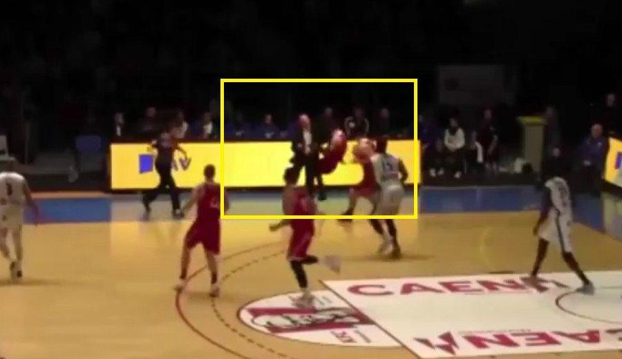 Sucio: 'Hombrazo' del técnico a un rival que se tira para salvar un balón a su lado (Vídeo)