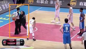 ¡De locos! Un directivo enfadado entra en la pista para quitarle el balón al árbitro (Vídeo)