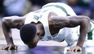 Tremendo: se lesiona toda la temporada y le sacan escayolado para ser ovacionado (Vídeo)