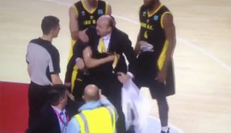 ¡Se vuelve loco! El técnico del AEK, Zdovc, expulsado por irse a por los árbitros (Vídeo)