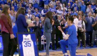 ¡Y dijo que sí! Derek Willis, de Kentucky, pide matrimonio a su novia en la Senior Night (Vídeo)
