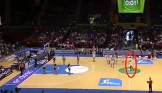 ¡Alucinan! Jugadores de Betis y Barça, boquiabiertos con un chaval que la mete desde media pista (Vídeo)