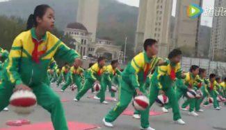 Mola: cientos de niños se sincronizan para jugar en China a la vez… ¡al basket y al yoga! (Vídeo)