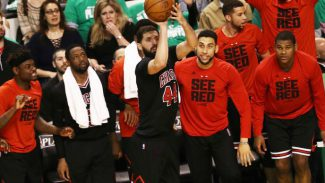 Chicago pone el 0-2 con 13 puntos de Mirotic: peineta de Smart a un fan de Boston (Vídeo)