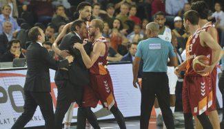 ¡Le tienen que separar! Ataman, descalificado en el derbi Darussafaka-Galatasaray (Vídeo)
