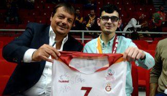 Ataman aprovecha su partido de suspensión: clase magistral a un chaval ciego (Vídeo)