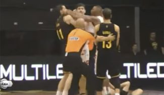 Pete Mickeal, descalificado en Argentina por dar un codazo en la cara a un rival (Vídeo)