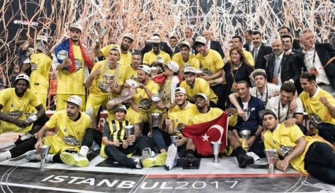 La leyenda Obradovic da su primera Euroliga al Fenerbahçe: gorros del MVP Udoh (Vídeo)