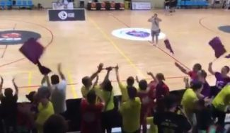 Un ejemplo: las aficiones del Sant Adrià y el Basket Almeda, hermanadas en pleno CE (Vídeo)