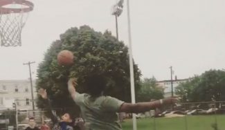 ¿Había alguna razón? El NBA de los Sixers Joel Embiid le pone éste tapón a un niño (Vídeo)