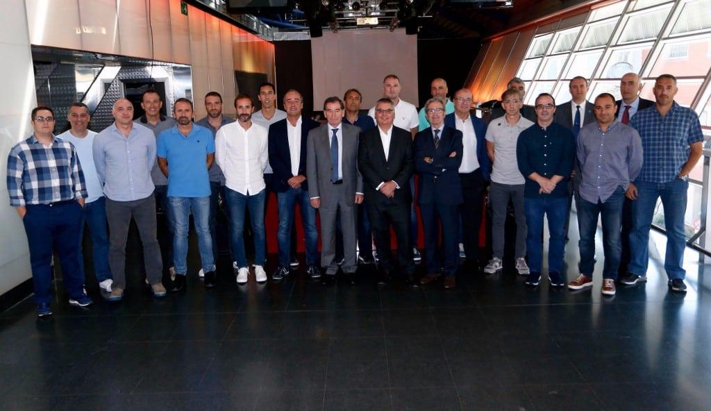 Los técnicos de los equipos ACB ya conocen las nuevas reglas de pasos y antideportivas