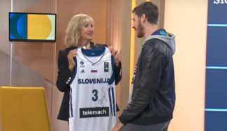 Dragic conoce a la madre de Drazen Petrovic y le devuelve el gesto con otro regalo (Vídeo)